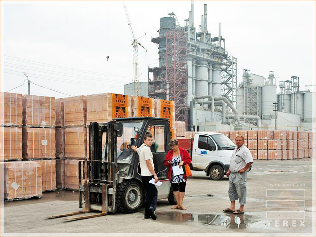 Работники на складе Терекс